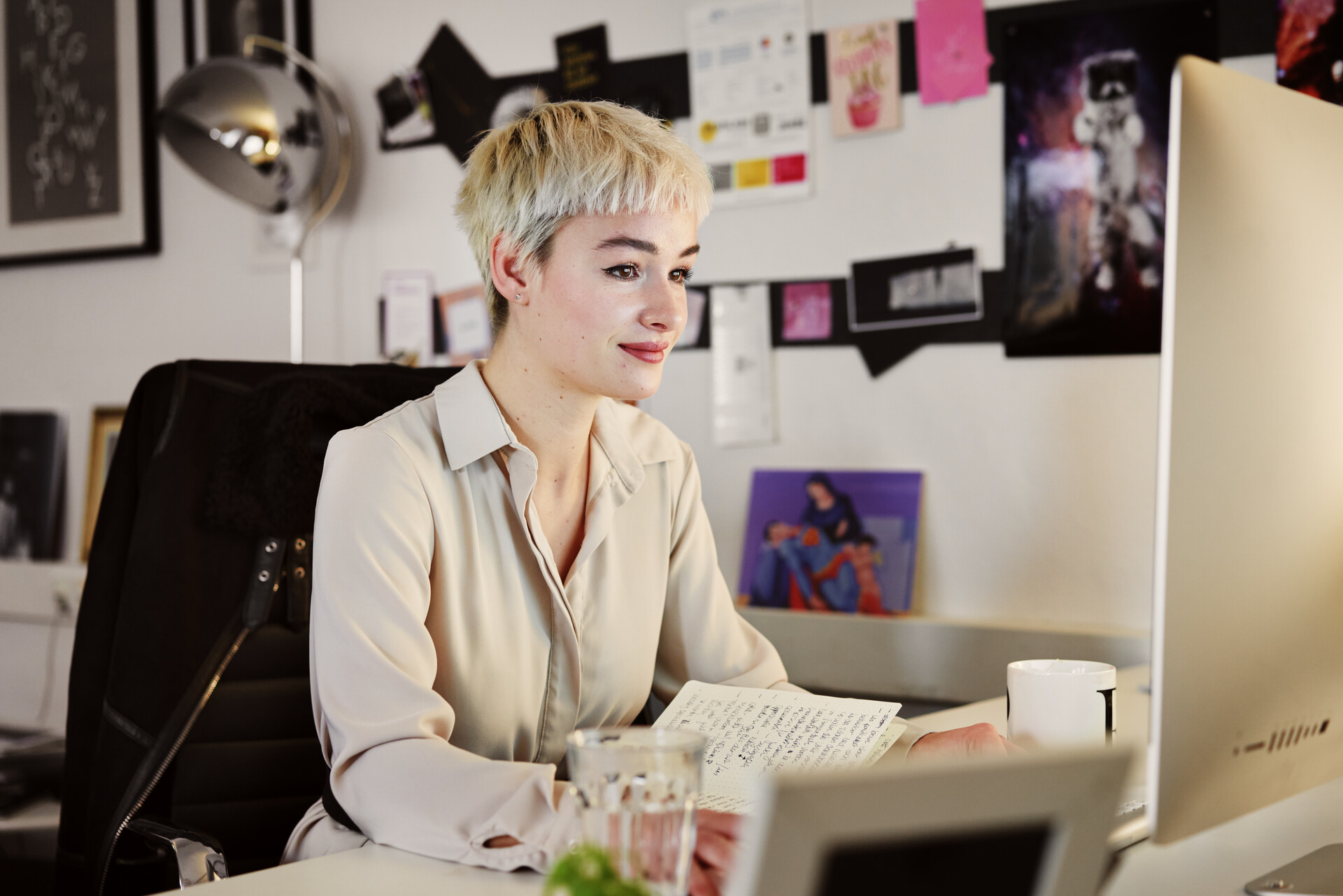 Foto de una mujer que trabaja en su escritorio