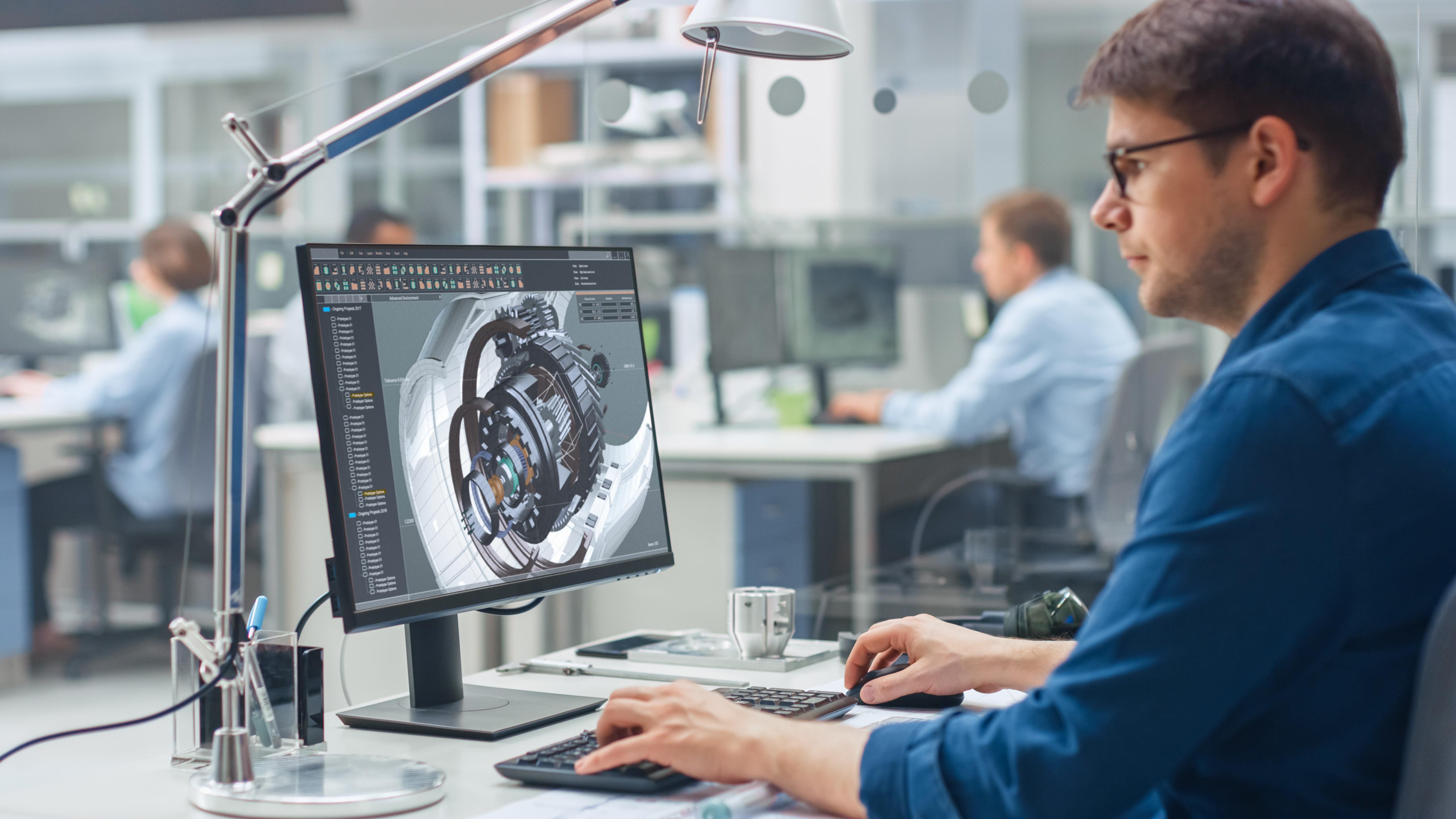 profissional da engenharia de produção trabalhando com desenvolvimento de produto no computador